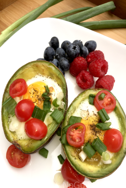 Baked eggs in Avocado: two all-star ingredients for your summer Atkins 40 and Keto compliant meals.! Low carbs, high flavor. Gluten Free and Dairy Free. Perfect for brunch or breakfast.