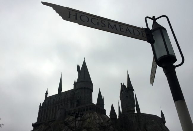 Going to Southern California? There's more than just Disneyland to experience! Check out Universal Studios Hollywood and the Wizarding World of Harry Potter too. Here are six ways I think Universal beats Disney that you need to know. Studio Tour   Jurassic Park   The Mummy   Transformers   Minions   Butter Beer