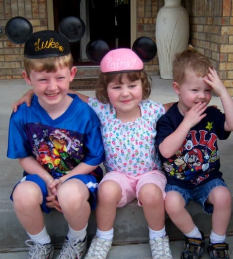 kids in mickey ears on the front porch ways to remember your disney vacation
