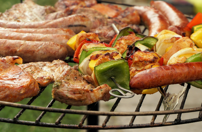 Chicken, beef, sausages and peppers on a grill as part of the keto diet plan for beginners