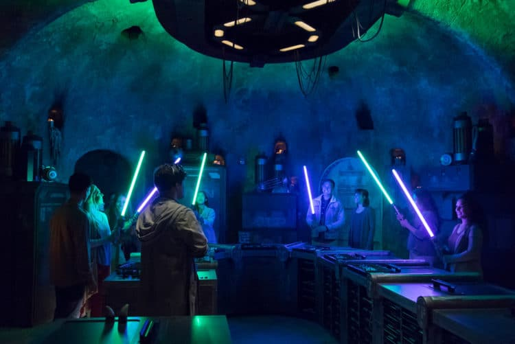 Star Wars: Galaxy's Edge Ð SaviÕs Workshop - Handbuilt Lightsabers